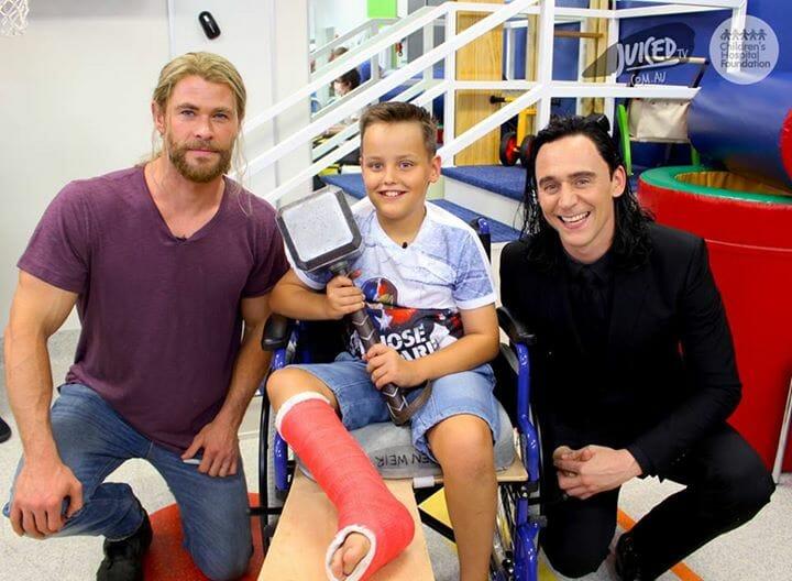 chris hemsworth visits brisbane childrens hospital
